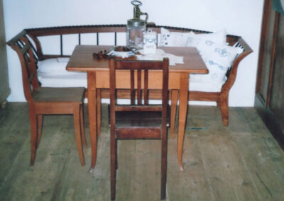 Biedermeier-Sofa mit Tisch